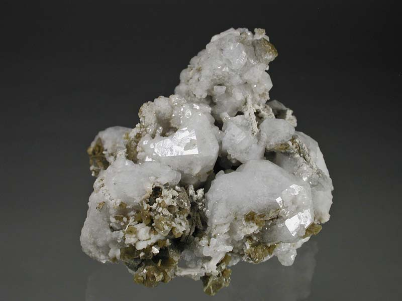 Analcime, Synchysite-(Ce) ps petersenite, Siderite
